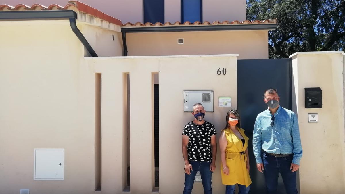 El alcalde, a la derecha, junto a los adjudicatarios de una vivienda
