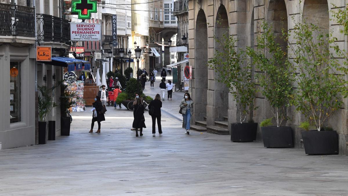 Viandantes con mascarilla en una céntrica calle de A Coruña.