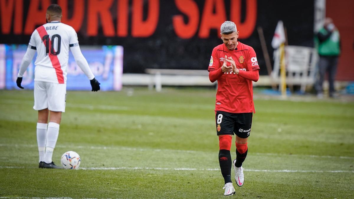 Salva Sevilla aplaude tras lograr el tercer gol frente al Rayo Vallecano.