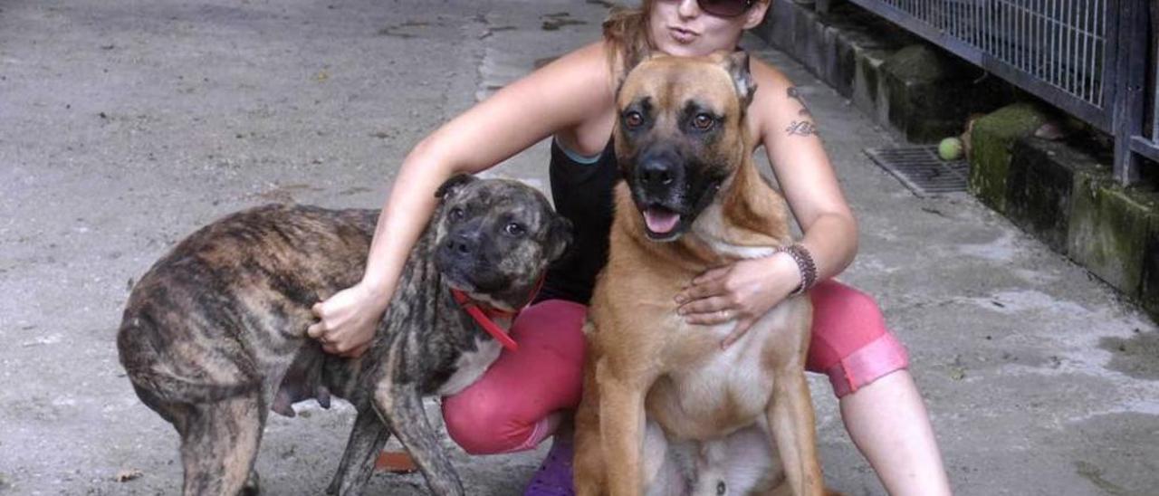 Loreto Ugarte, de la Protectora de Mieres, ayer, con los dos perros recogidos en Los Pontones.