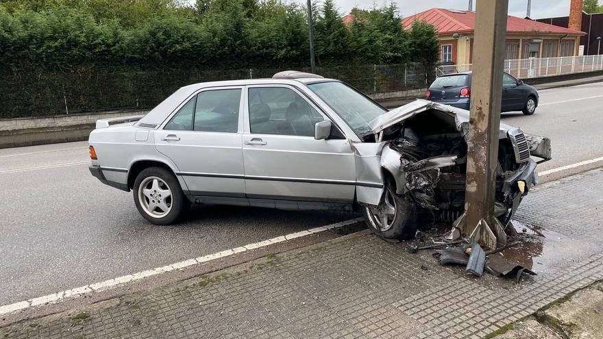 Un conductor se estampa contra una señal y destroza su coche en la entrada de Avilés