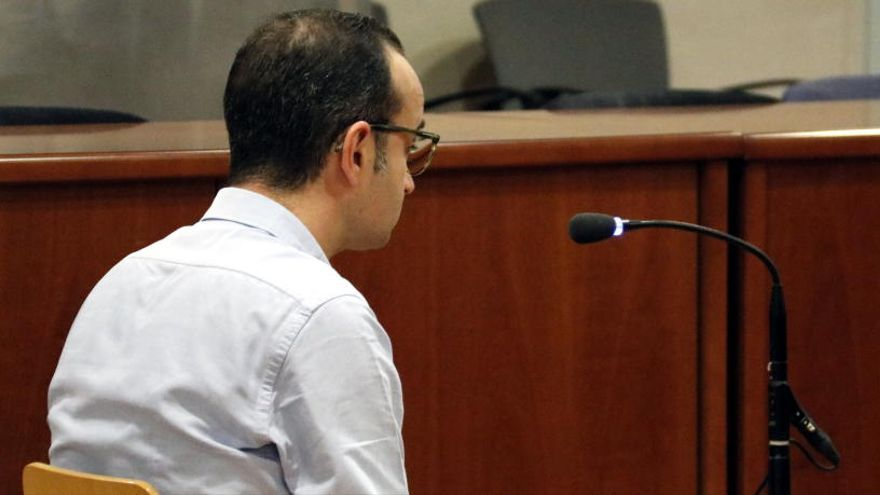 Un banquer lleidatà, acusat d'estafar desenes de clients, entre ells la seva mare