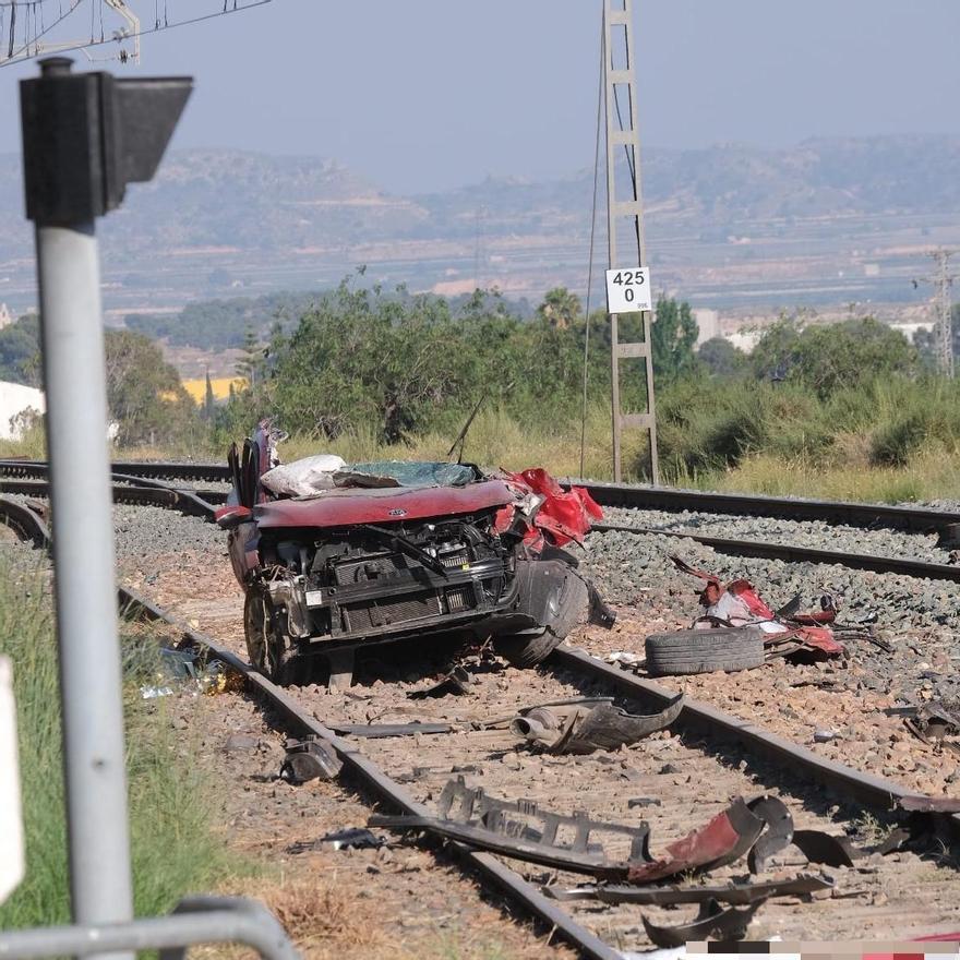 Cuatro fallecidos en el arrollamiento de un coche por un tren en Novelda