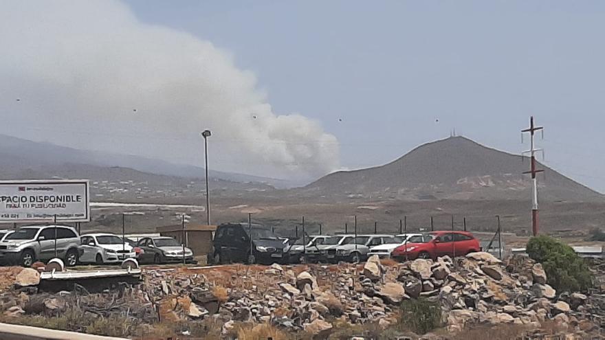 El fuego avanza por un pinar de Arico cerca del parque del Teide