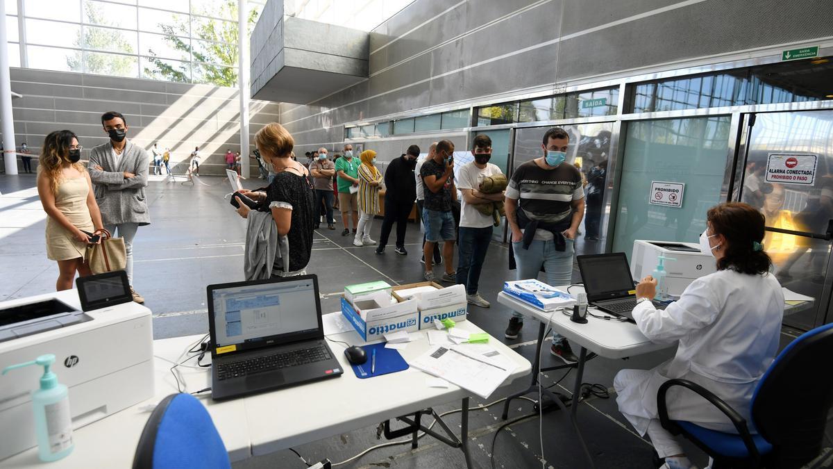 Personas a la espera de ser vacunadas en el recinto ferial este sábado