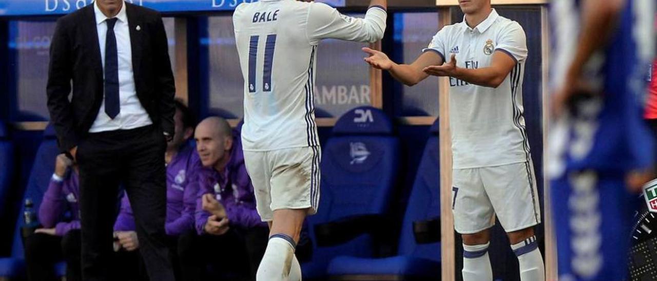 Bale saluda a Lucas Vázquez al ser sustituido en Mendizorroza, observados por Zidane.