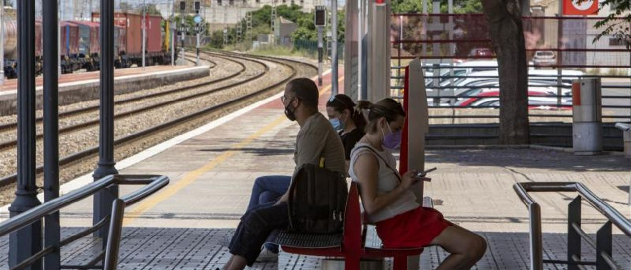 Pasajeros afectados por los retrasos esperan en la estación de Algemesí, ayer al mediodía.   PERALES IBORRA