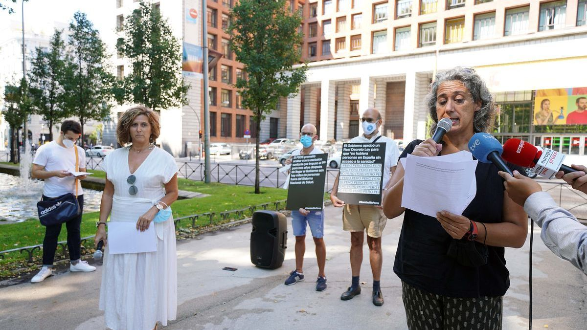 Representatives of organizations integrated in the REDER network present the campaign 'Health without buts' in front of the Ministry.