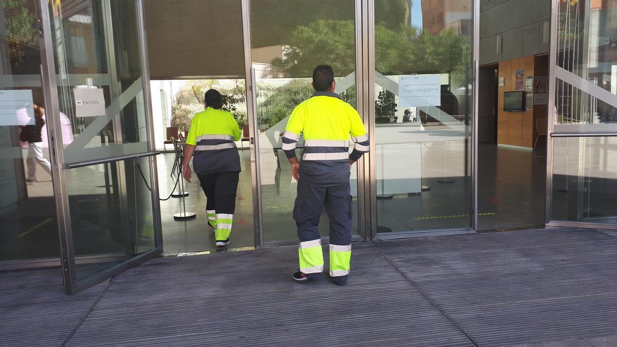 Dos empleados municipales acceden al ayuntamiento de San Vicente del Raspeig.