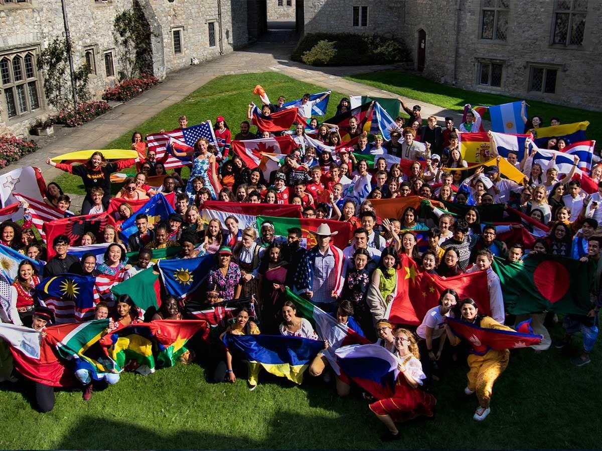 El alumnado del Atlantic College mostrando las banderas de sus diferentes nacionalidades