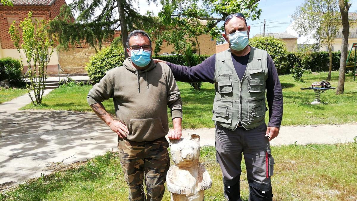 Pedro y Jose, con un pequeño oso.