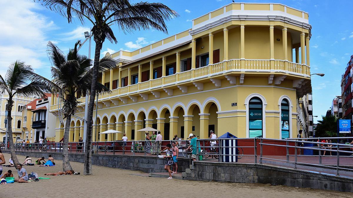 Vista del Hospital San José desde la playa de Las Canteras.