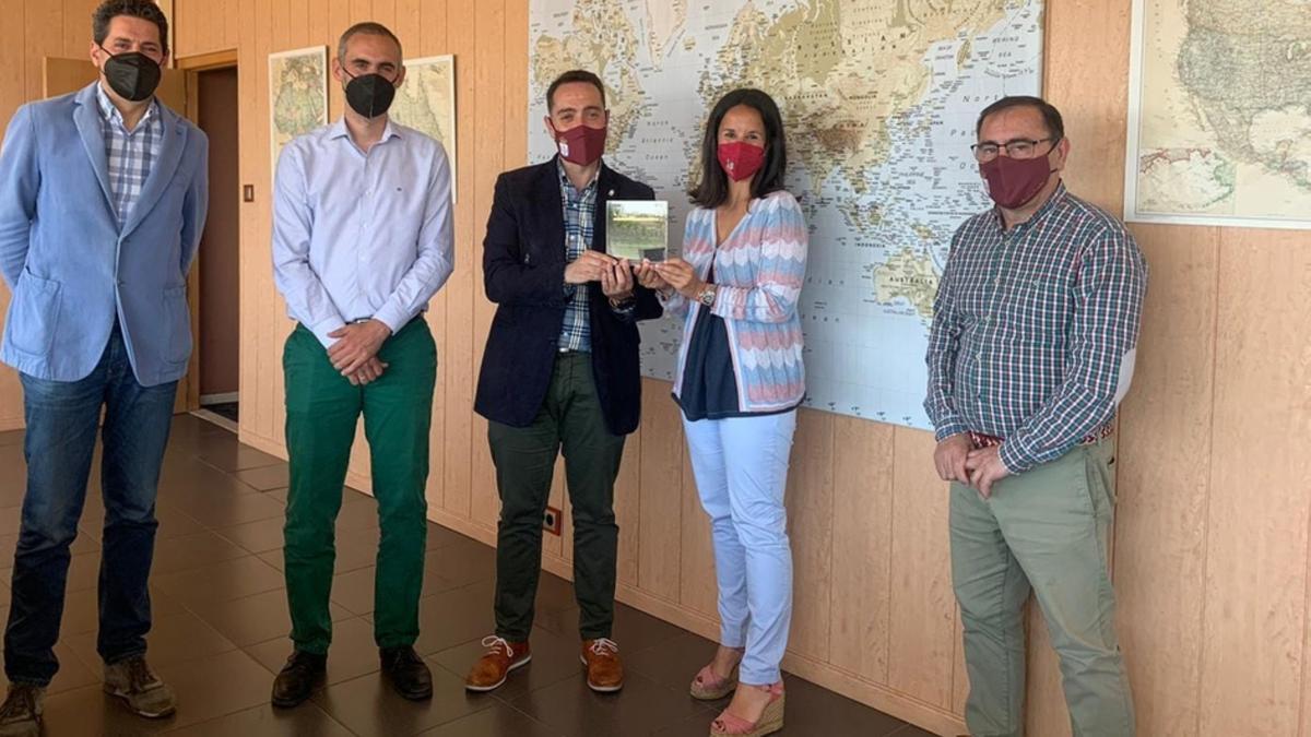 En el centro, el alcalde de Benavente recibe la placa de Invest in Cities de la mano de la directora. / E. P.