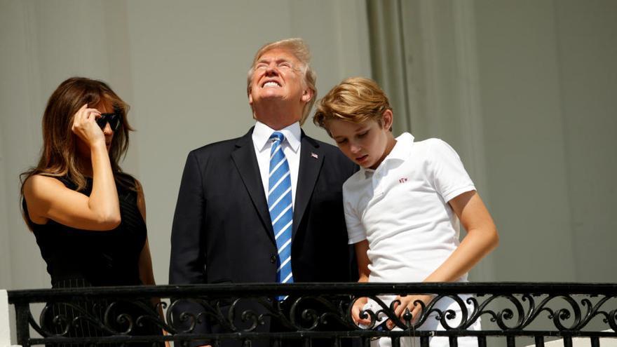 Trump provoca la risa al mirar el eclipse sin gafas