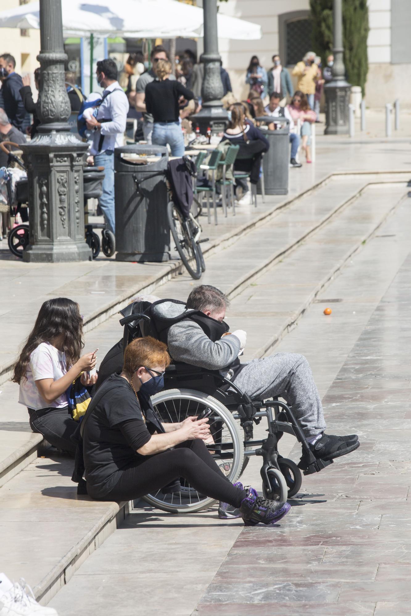 El sol y las buenas temperaturas abarrotan València