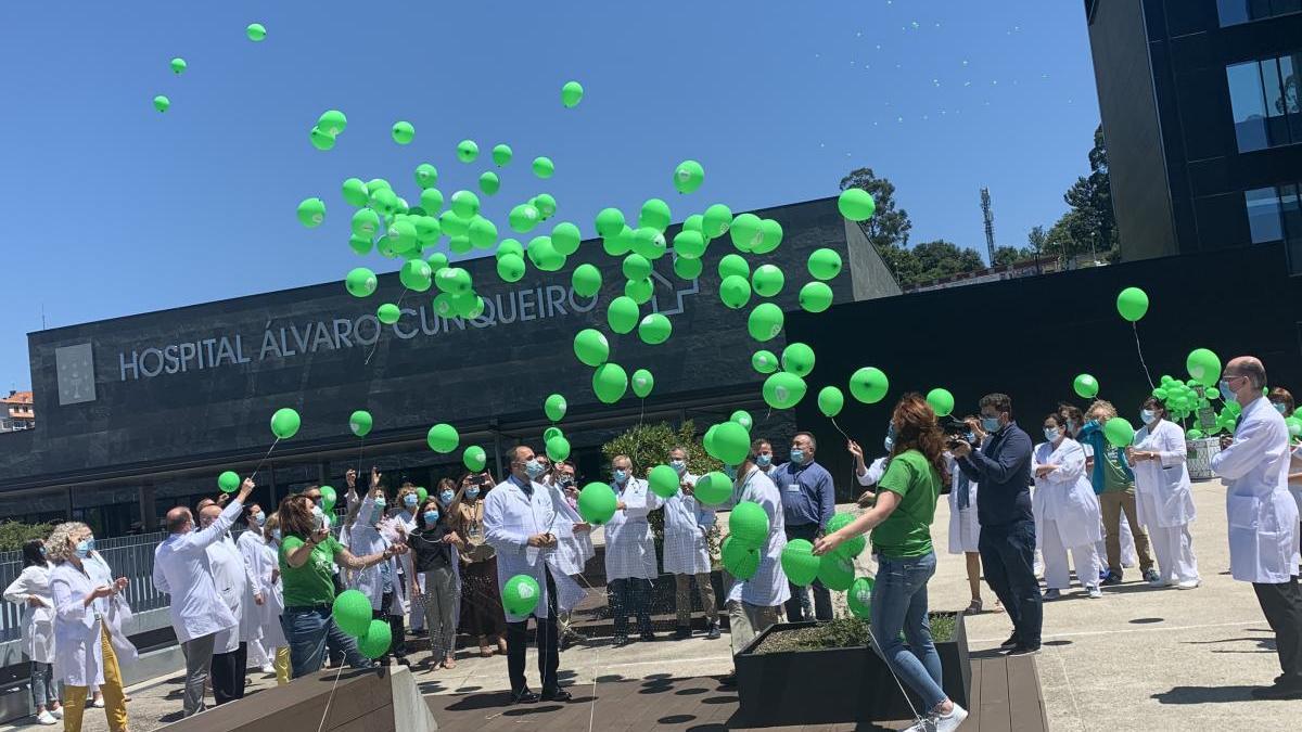 Celebracion del quinto aniversario del Alvaro Cunqueiro con una suelta de globos en homenaje a las víctimas del Covid-19. // FdV