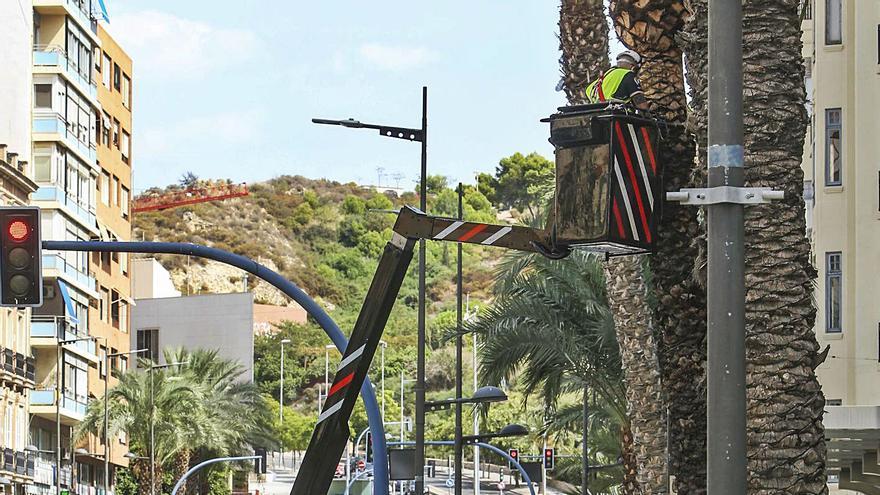 Alicante mira a la Navidad en pleno agosto y revisa el cableado para poder instalar las luces