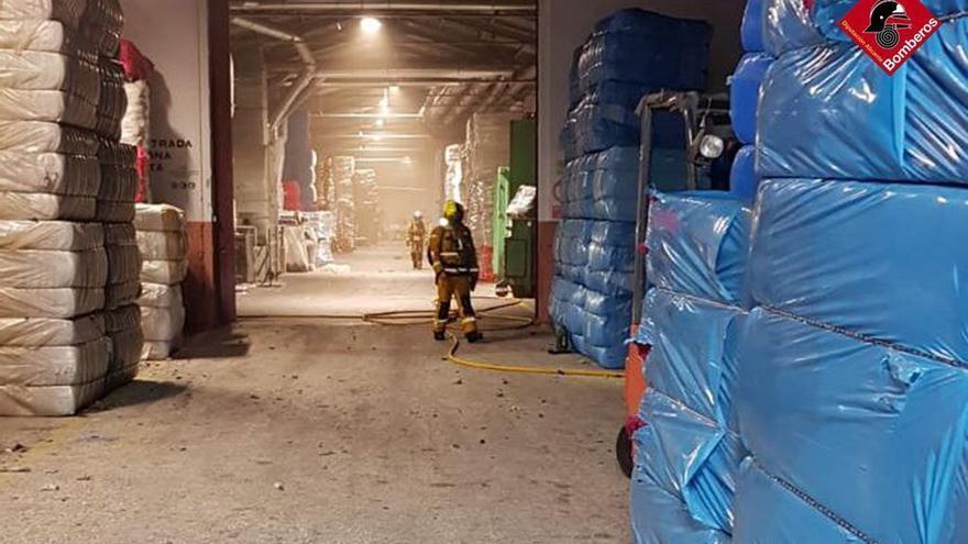 Incendio de madrugada en una industria textil de Cocentaina