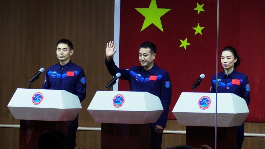 China lanza con éxito la nave Shenzhou-13 para reconstruir su estación espacial