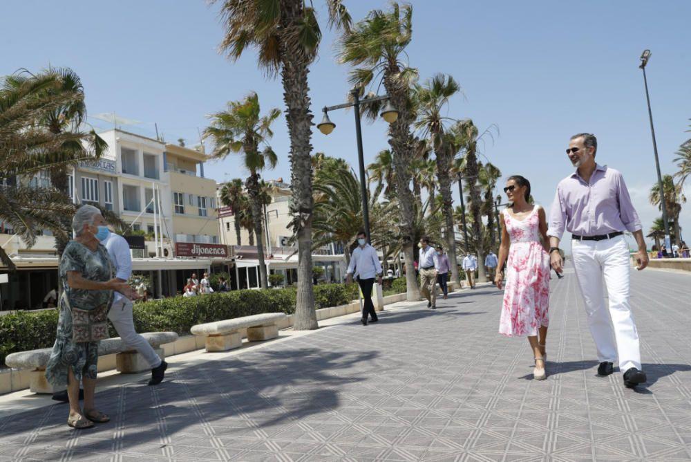 Letizia y Felipe en Valencia: los reyes pasean por la playa de Las Arenas