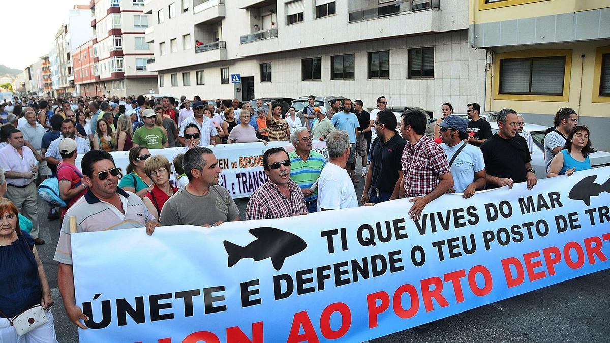 Manifestación en Cangas para protestar contra el  puerto deportivo de Massó, cuyo convenio figuraba en el primera PXOM