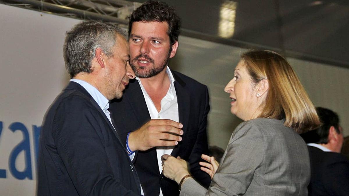 Juan Constenla, con el alcalde y la vicepresidenta segunda del Congreso, la popular Ana Pastor.    // BERNABÉ