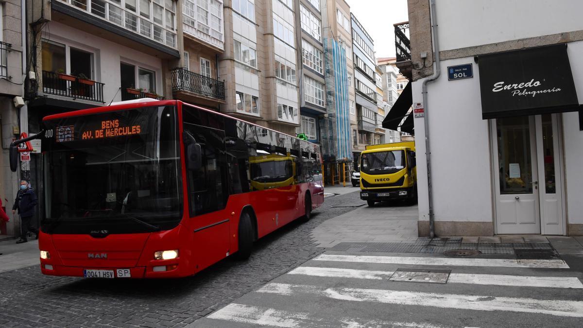Un autobús realiza el giro en el cruce de San Andrés con la calle Sol.