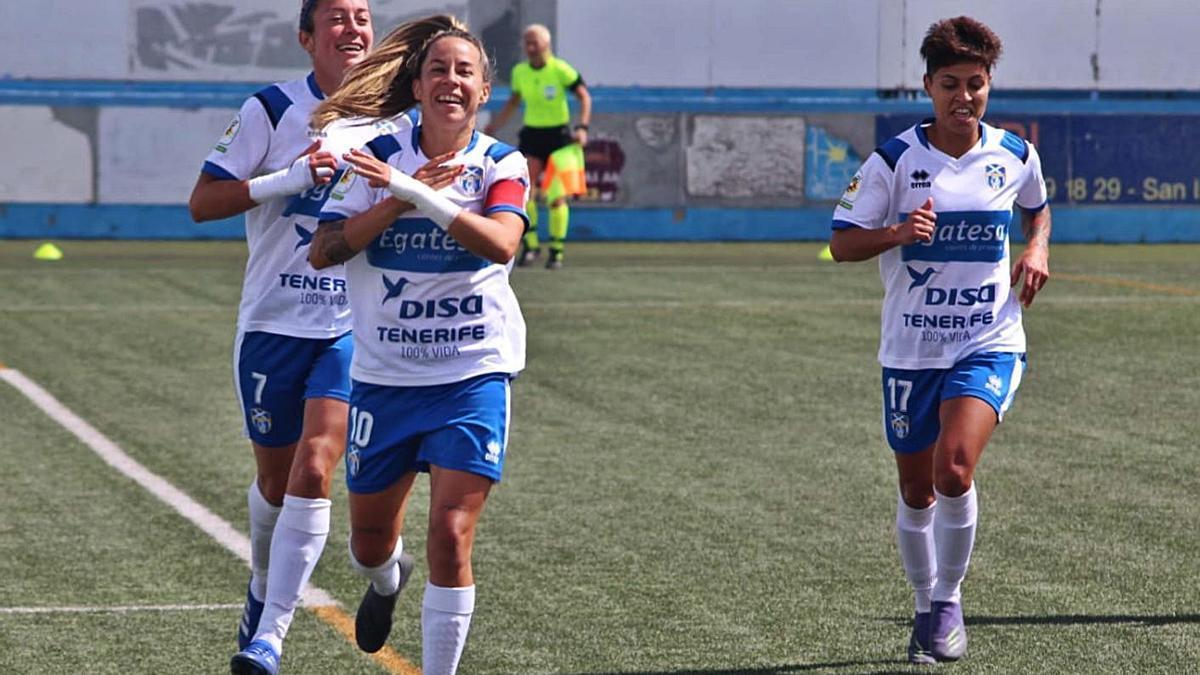 La capitana del UDG Tenerife, Pisco, acaba de anotar su segundo gol de penalti y lo festeja con sus compañeras.