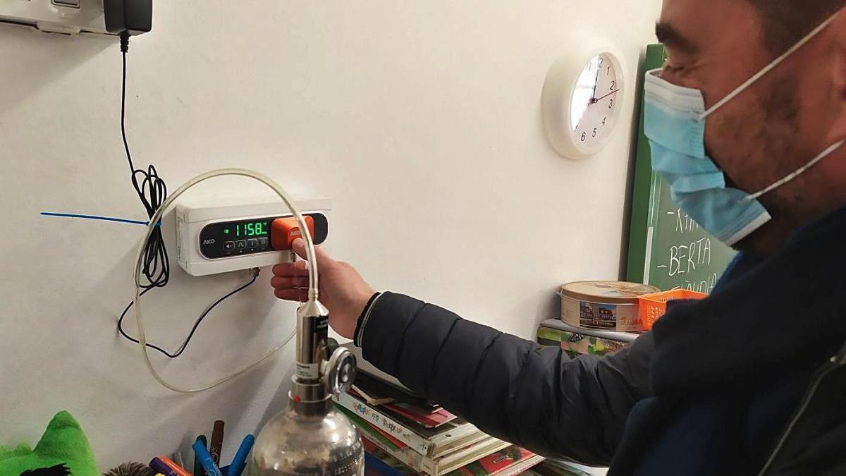 L'escola Collbaix posa un sensor de CO2 per prevenir la covid