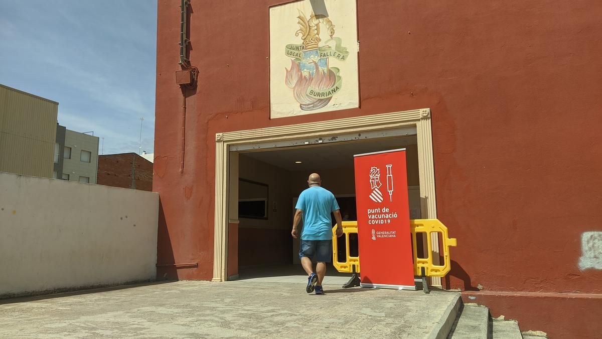En la Llar Fallera de Burriana se ha hecho repesca para la vacunación de mayores de 40 años.