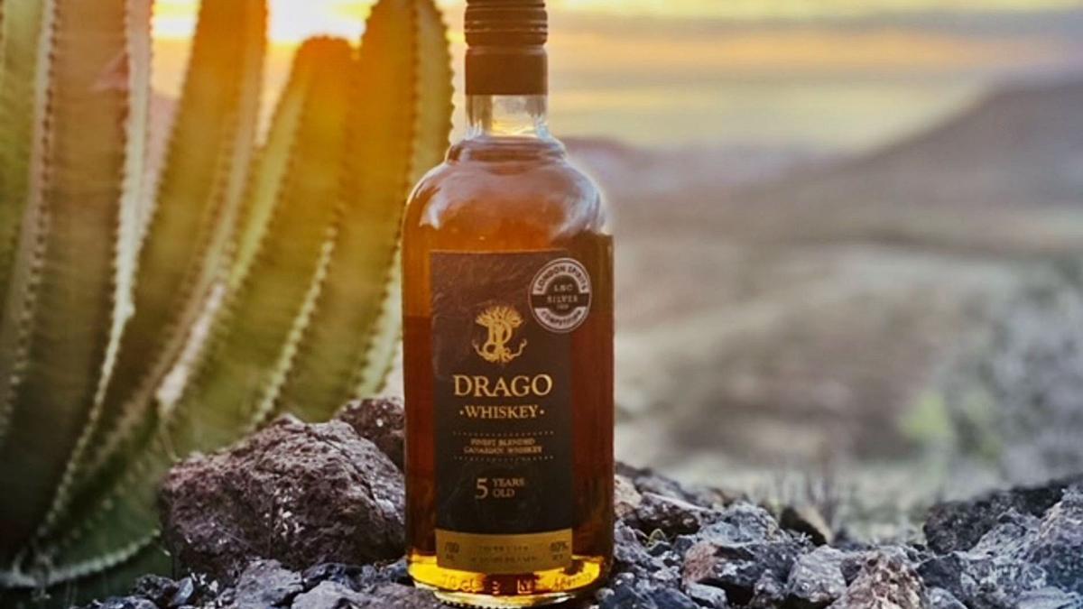 Una botella de Drago Whiskey, elaborado en La Palma.