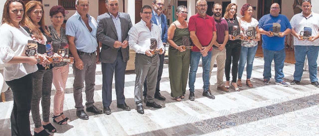 Los premiados con las autoridades del Cabildo majorero y Ayuntamiento portuense, ayer.