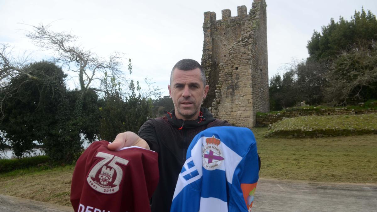 Carlos Padín, con las camisetas del Ponteveda y Dépor, ante las Torres do Oeste, en Catoira .