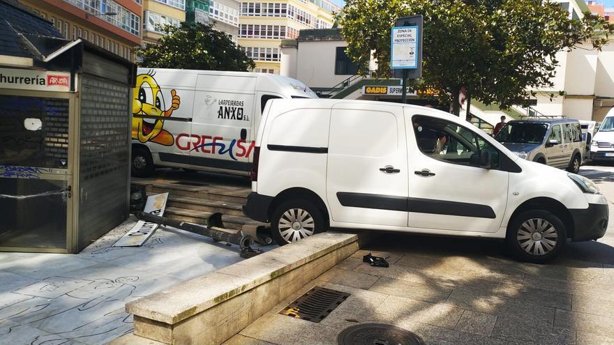 Una furgoneta mal inmovilizada acaba empotrada en el muro de la plaza del Humor