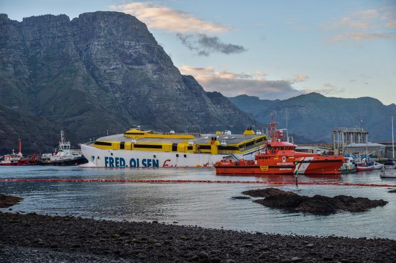 Fred Olsen, el barco encallado en el puerto de Agaete
