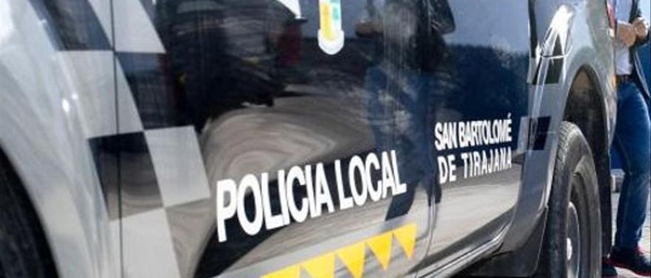 Vehículo y agente de la Policía Local de San Bartolomé de Tirajana.