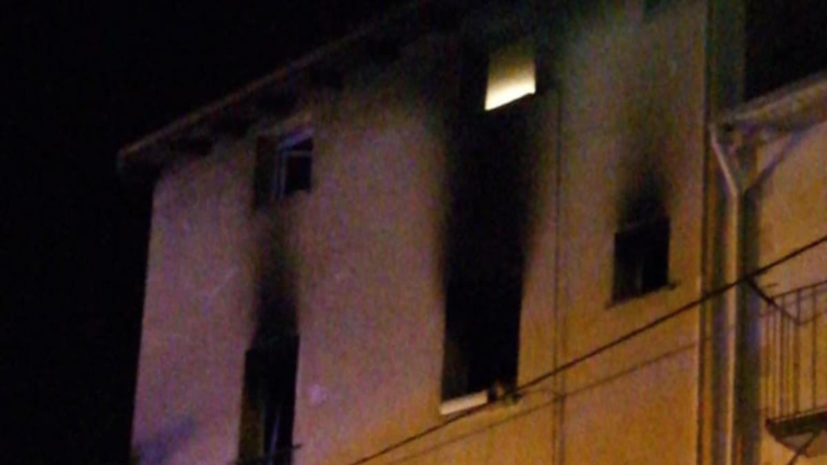 Evacuades quatre persones d'un bloc de pisos d'Olot en cremar-se la cuina d'un dels habitatge