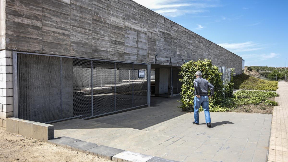 Un hombre se dirige hacia la entrada principal de la ampliación del cementerio de Cáceres.