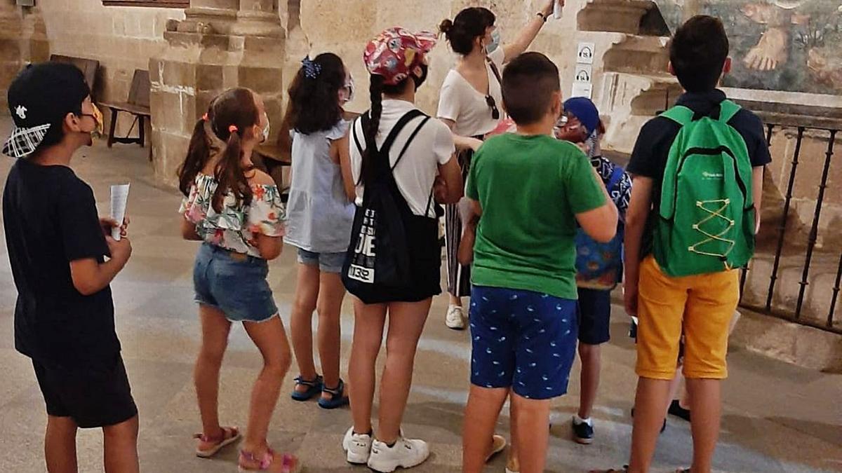 La profesora Lucía Fraile explica a niños de La Horta y Pinilla uno de los frescos de la Catedral de Zamora. | L.L.E.