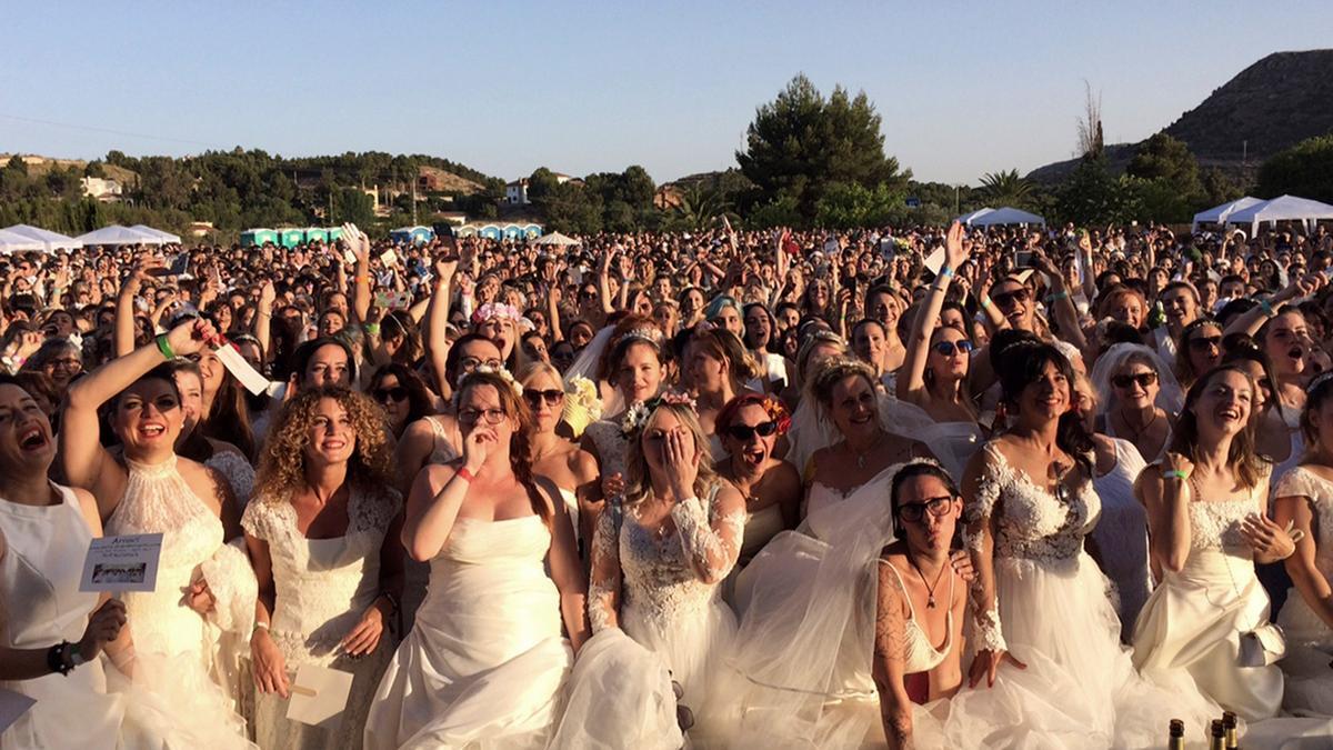 Imagen facilitada por Sedka Novias de las 1.347 participantes que lograron entrar en el Libro Guinnes de Récords, de mayor número de mujeres vestidas de novia, en 2019 en Petrer (Alicante)