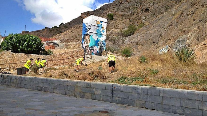 Orihuela retira 30 toneladas de basura, enseres y vegetación para evitar que los arrastre una gota fría