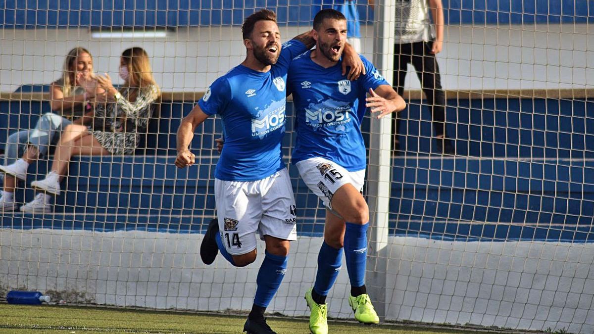Isuardi y Abel López celebran el gol que da la victoria al Mar Menor frente al Real Murcia B.