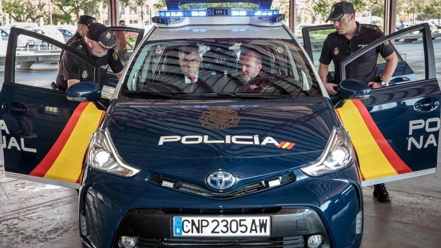 El nuevo coche inteligente iZ de la Policía Nacional que lee 400 matrículas por minuto