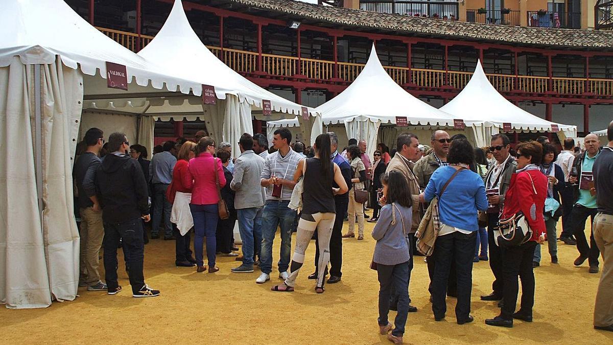 Aficionados degustan vinos de las bodegas participantes en una edición anterior de la Feria del Vino. | M. J. C.