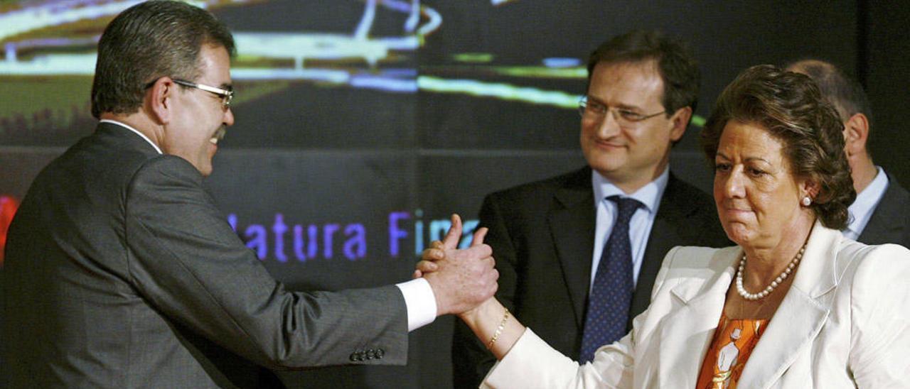 La exalcaldesa con el expresidente del Valencia Juan Soler cuando presentaron la maqueta del nuevo estadio.