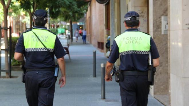 Dos agentes patrullan por San Vicente.
