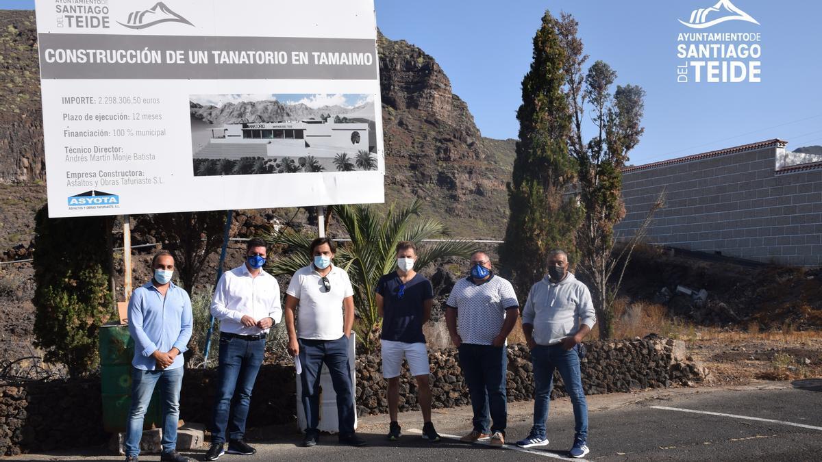 El Alcalde firma el acta de replanteo para iniciar las obras del futuro tanatorio municipal en Tamaimo