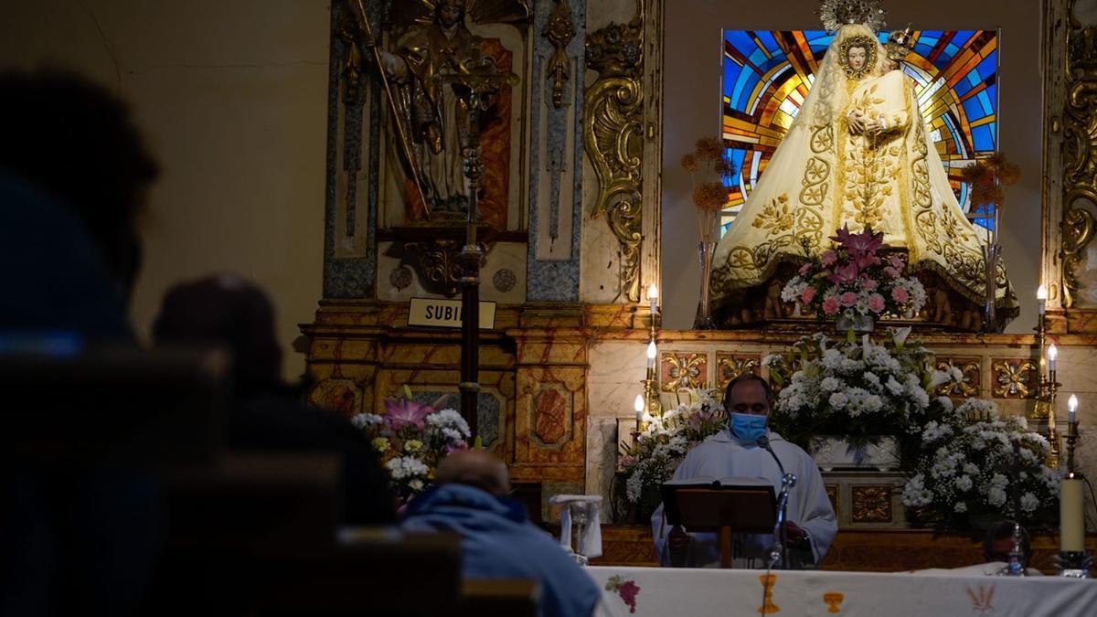 La Virgen del Viso preside el altar del templo.