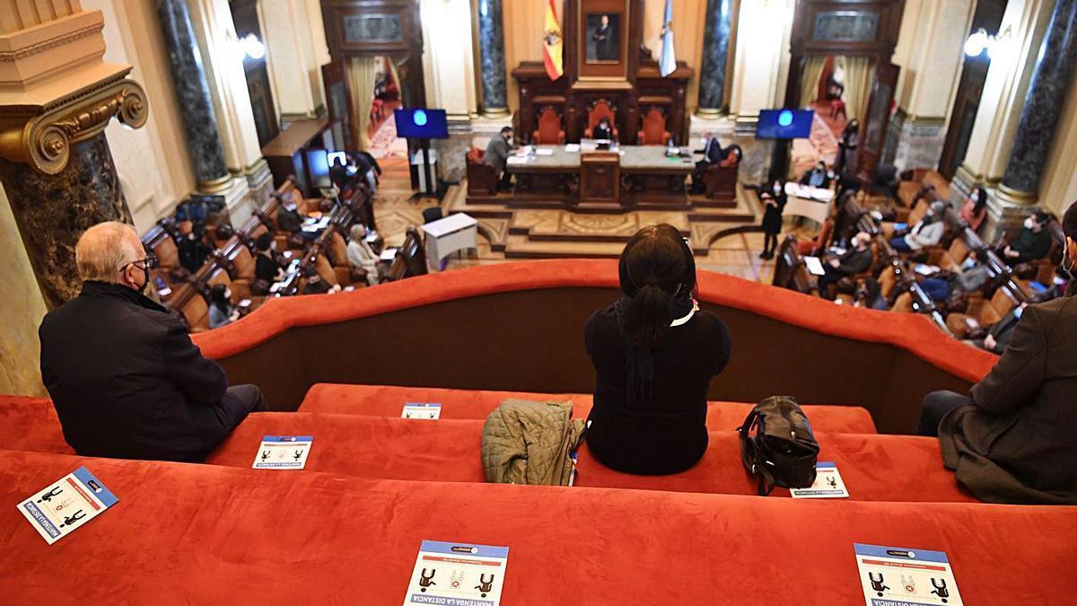 Público y concejales, más separados ayer en el salón de plenos. |   // CARLOS PARDELLAS
