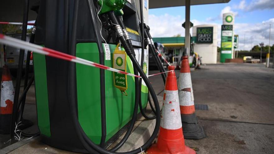 El govern britànic atribueix la falta de combustible  al pànic dels ciutadans